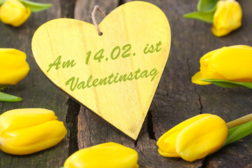 Gelbe Tulpen um Herz, Valentinstag