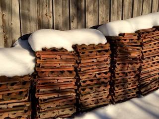 Dachziegel im Schnee