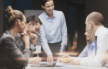"Постер, картина, фотообои ""smiling female boss talking to business team"""