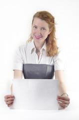 Девушка с рыжими волосами в костюме с листом бумаги в руках