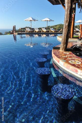Fotobehang Centraal-Amerika Landen Swim-up bar in infinity pool in tropics