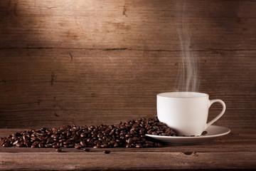 Kaffeebohnen und Kaffetasse