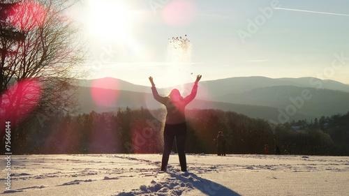 canvas print picture Frau in den Bergen im Winter