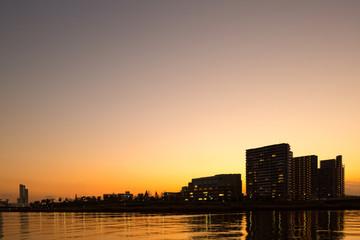 夕暮れの隅田川沿いの大型マンション