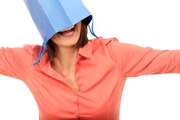 Frau mit Tüte auf dem Kopf