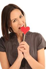 Frau beißt in ein Herz