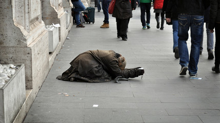 Donna chiede elemosina in strada nell'indifferenza dei passanti