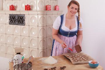 Junge Frau überzieht Plätzchen mit Schokolade .