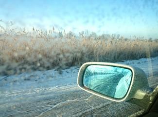 Widok przez lusterko w samochodzie