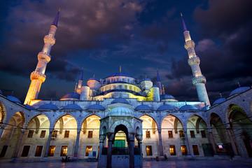Blue Mosque ( Sultanahmet Camii ) at dusk, Istanbul, Turkey