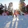 Mann hüpft freudig im Schnee
