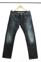 Jeans auf einem Kleiderbügel