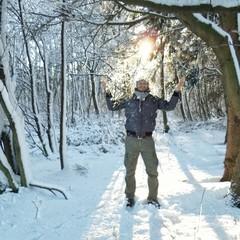 Mann im verschneiten Wald