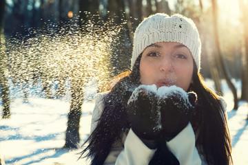 Зимний портрет красивой молодой женщины.