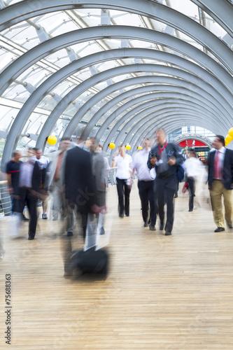 In de dag Businesspeople rushing in corridor, motion blur