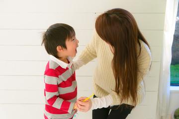 歯ブラシする親子