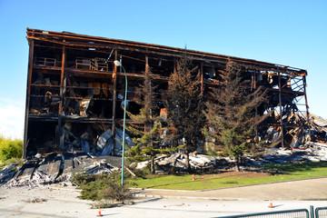 edificio industrial incendiado
