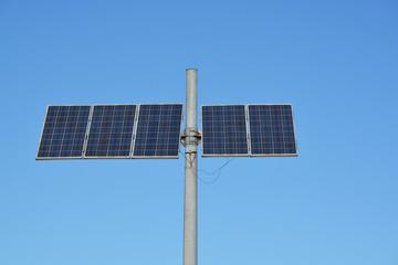 placa solar en una carretera