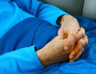 mains croisées d'homme,repos,convalescence d'un malade