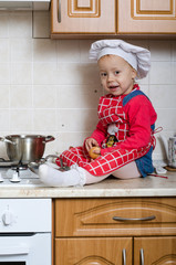 Little cook cleans onion
