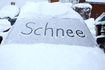 Schnee auf Autoscheibe