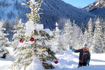 Mädchen mit Weihnachtsbaum