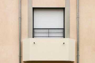 Modernes Balkonfenster mit geschlossenem Rollladen