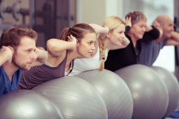 gruppe beim rückentraining im fitnessstudio