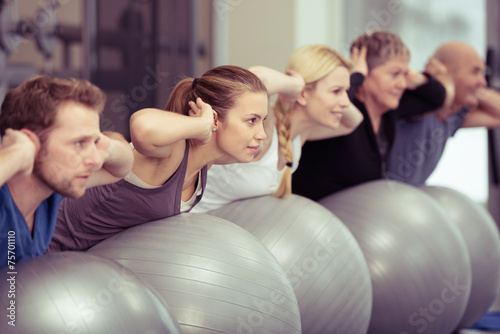 Leinwandbild Motiv gruppe beim rückentraining im fitnessstudio