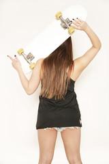 Frau trägt Skateboard