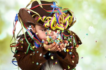 Junge mit Luftschlangen und Konvetti