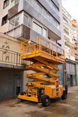 elevador industrial en la fachada de un edificio