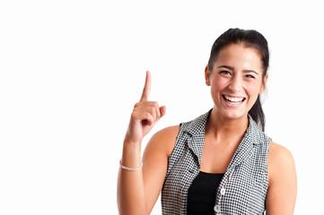 Junge Frau deutet mit Zeigefinger nach oben