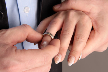 Mann steckt Frau Ring an den Finger