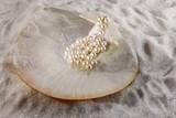 Muschel und Perlen im kristall Sand, Perlmutt Schale