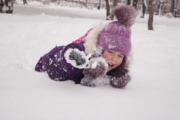 Девочка выбирается из снежного сугроба