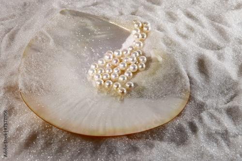 Muschel und Perlen im kristall Sand, Perlmutt Schale - 75711906