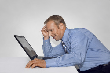 entspannter Manager am Laptop
