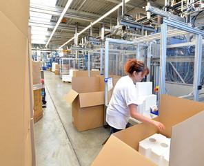 Frau in d. Versandabteilung // Woman in shipping department
