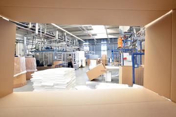 Interior einer Fabrik im Blick durch Karton