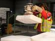Leinwanddruck Bild - Gesundheitsschutz durch Vakuum-Schlauchheber