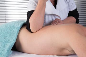 Homme massage dos et cervicales