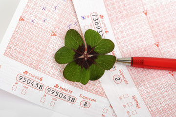 Lottoscheine mit Kuli und Glücksklee Blatt, Vierklee