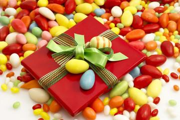Rotes Geschenkpäckchen mit Schleife und Osterei