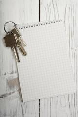 Schlüsselbund und Notitzblock