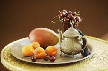 Teekanne mit Obst auf dem Tisch