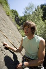 Junger Mann in der Kletterwand, Portrait