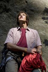 Mann hält Kletterseil, Nachschlagen, Nahaufnahme