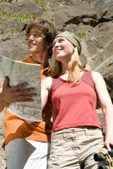 Junges Paar mit Karte und Fernglas