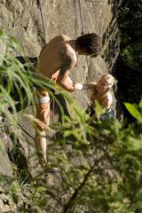 Junges Paar Klettern, erhöhte Ansicht